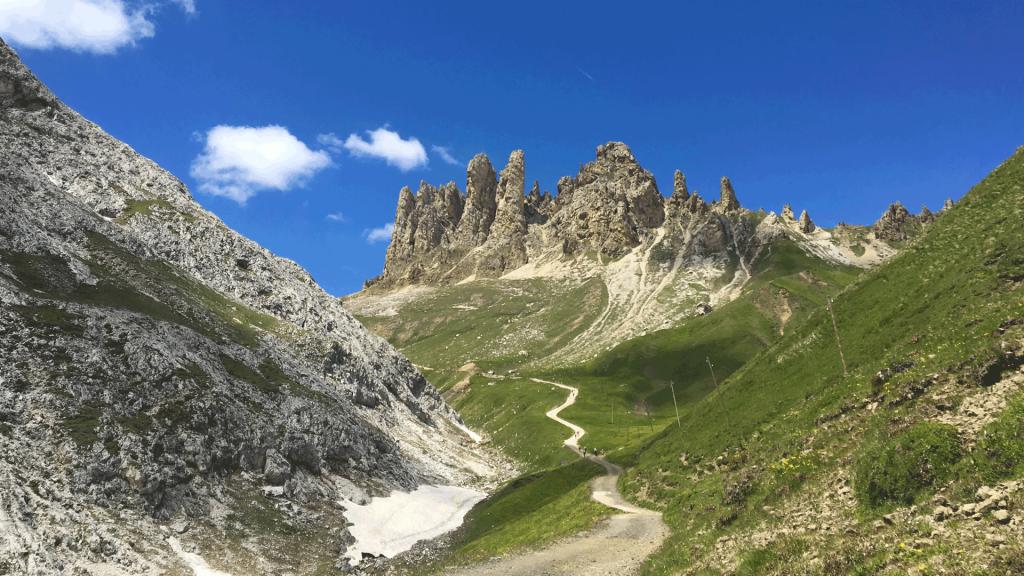 articolo - Salvaguardia del territorio > Le valli e i parchi naturali della Val di Fassa - Matteo Saragoni - campitello - sen jan - canazei - moena - soraga - val di fassa - dolomites - myfassaplus - Dolomiti -Vista-dal-sass-pordoi